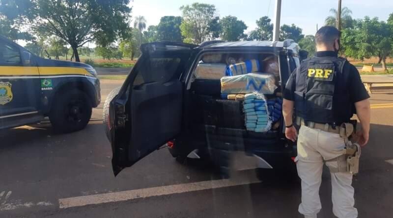 Carro carregado com droga tinha como destino final Campo Grande. (Foto: Divulgação/PRF)