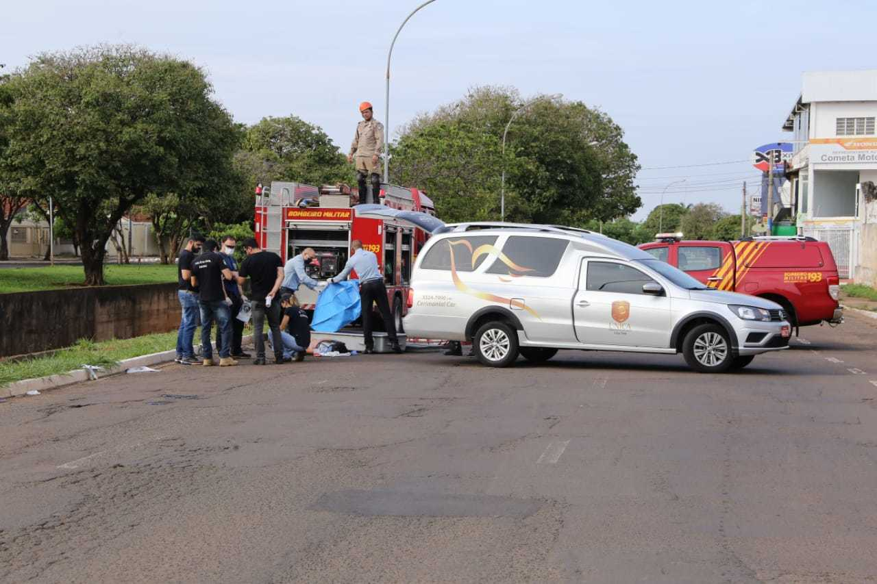 Agentes da funerária recolhem corpo de traficante morto com ao menos cinco diparos de pistola 9 milímetros (Foto: Kisie Aionã)
