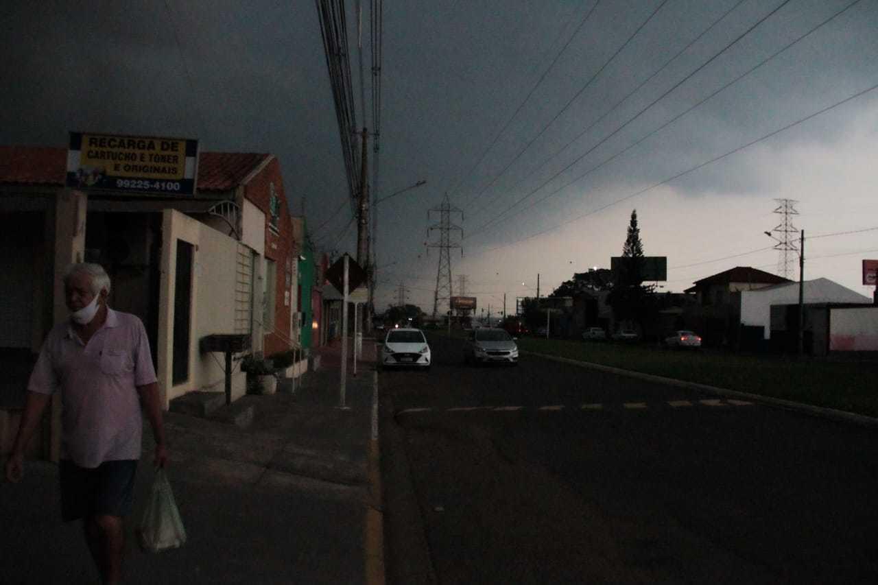 Em minutos céu escureceu no Bairro Tiradentes. (Foto: Marcos Maluf)