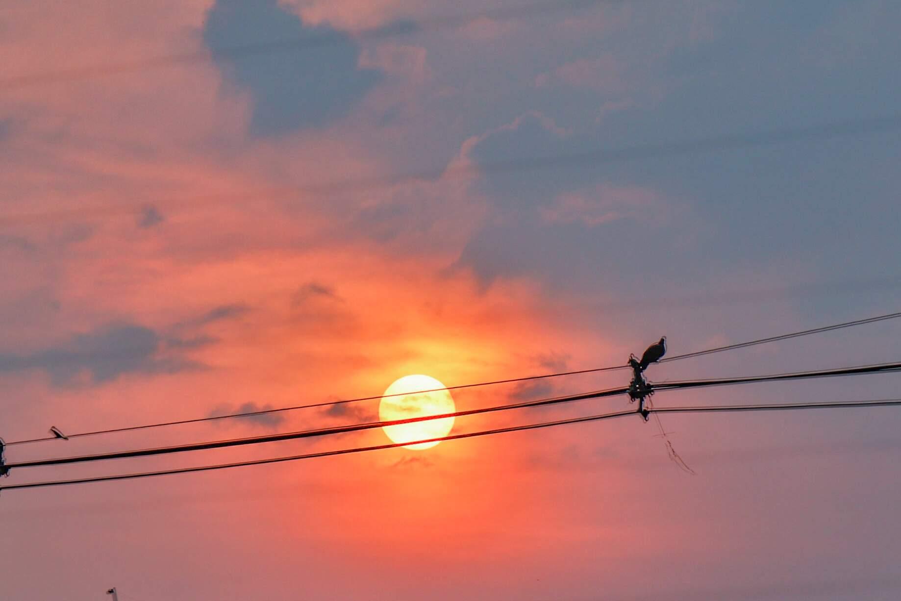Sol aparece entre nuvens na região da Via Morena, em Campo Grande (Foto: Henrique Kawaminami)