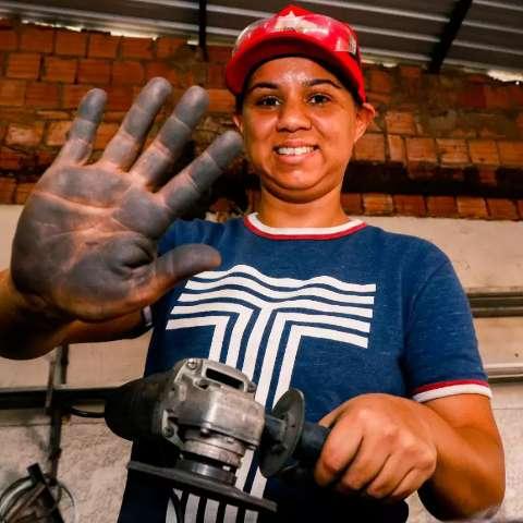 Regiane deixou manicure para ser feliz no calor e sujeira de uma solda