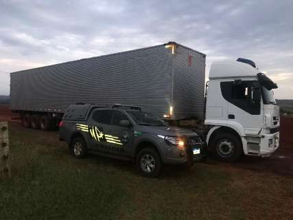 Caminhão carregado de cigarros paraguaios é apreendido em estrada vicinal