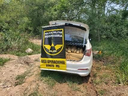 Traficante abandona carro com 746 quilos de maconha à margem de estrada vicinal