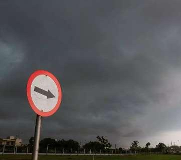 Manhã vira noite em Campo Grande e reforça alerta de temporal nesta segunda