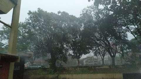 Manhã é de chuva forte, trovoadas e vento em Dourados