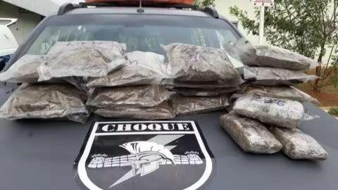 Irmão de detento contrata guincho para levar carro com droga e é preso