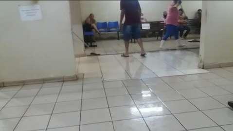 Chuva alaga posto de saúde e funcionários precisam puxar água com rodo