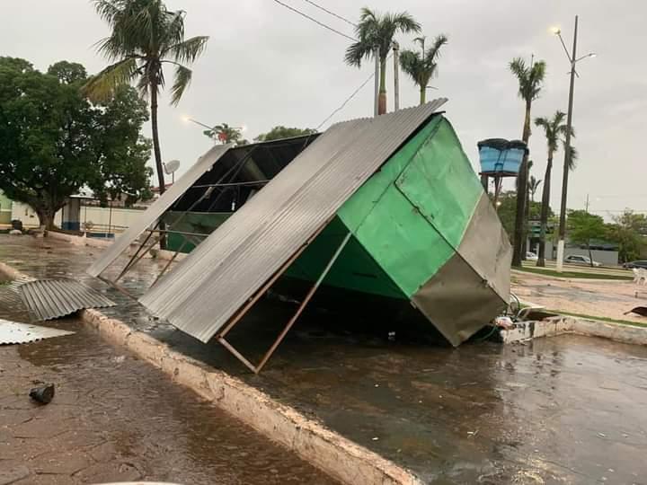 Trailler derrubado pelas fortes chuvas em Nioaque. (Foto: Direto das Ruas)