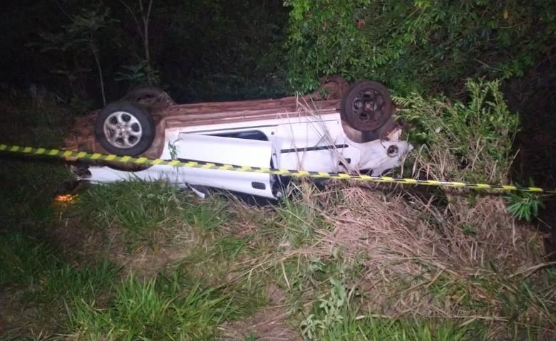 Carro parou com as quatro rodas para cima e o corpo da vítima ficou embaixo do veículo (Foto: Adilson Domingos)