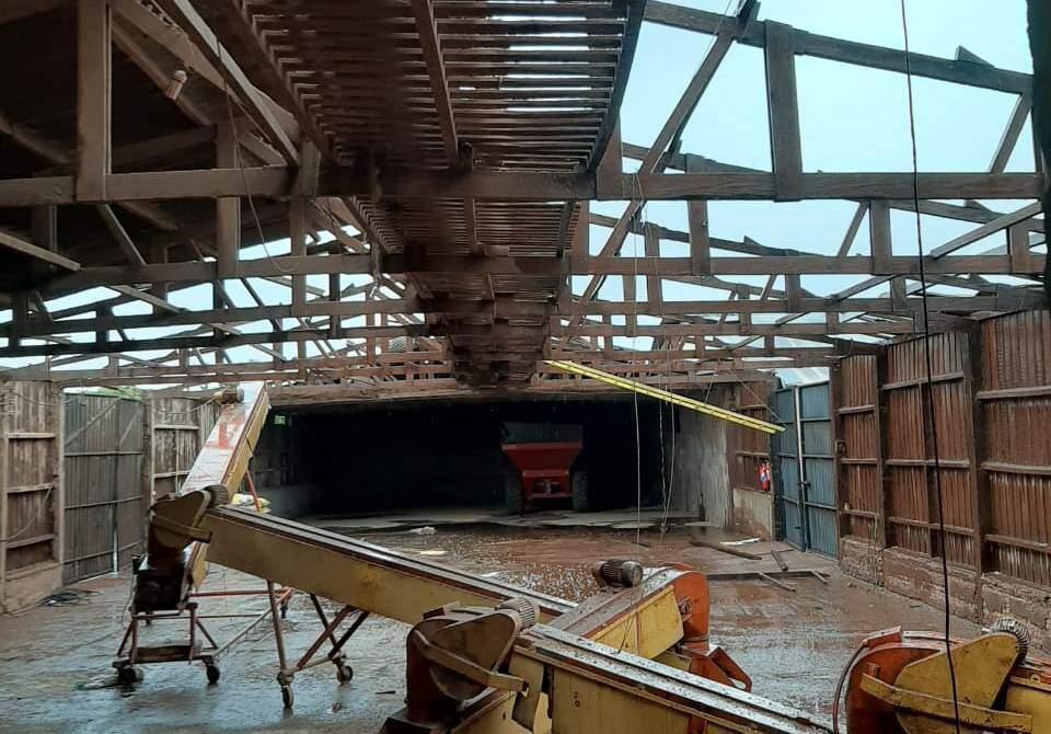 Cerealista em Itaporã teve cobertura arrancada pelo vento (Foto: Itaporã News)
