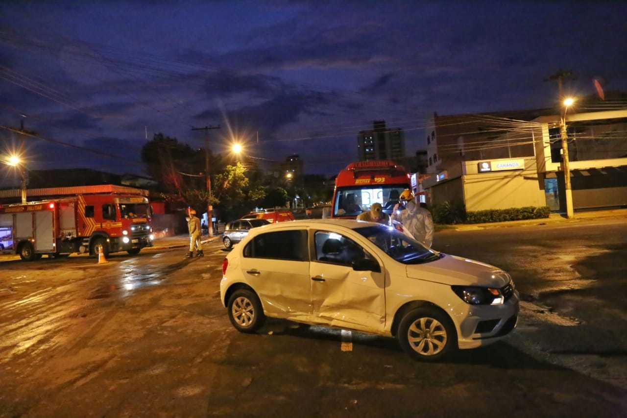 Gol branco capotou e foi desvirado por pessoas que passavam na rua. (Foto: Paulo Francis)