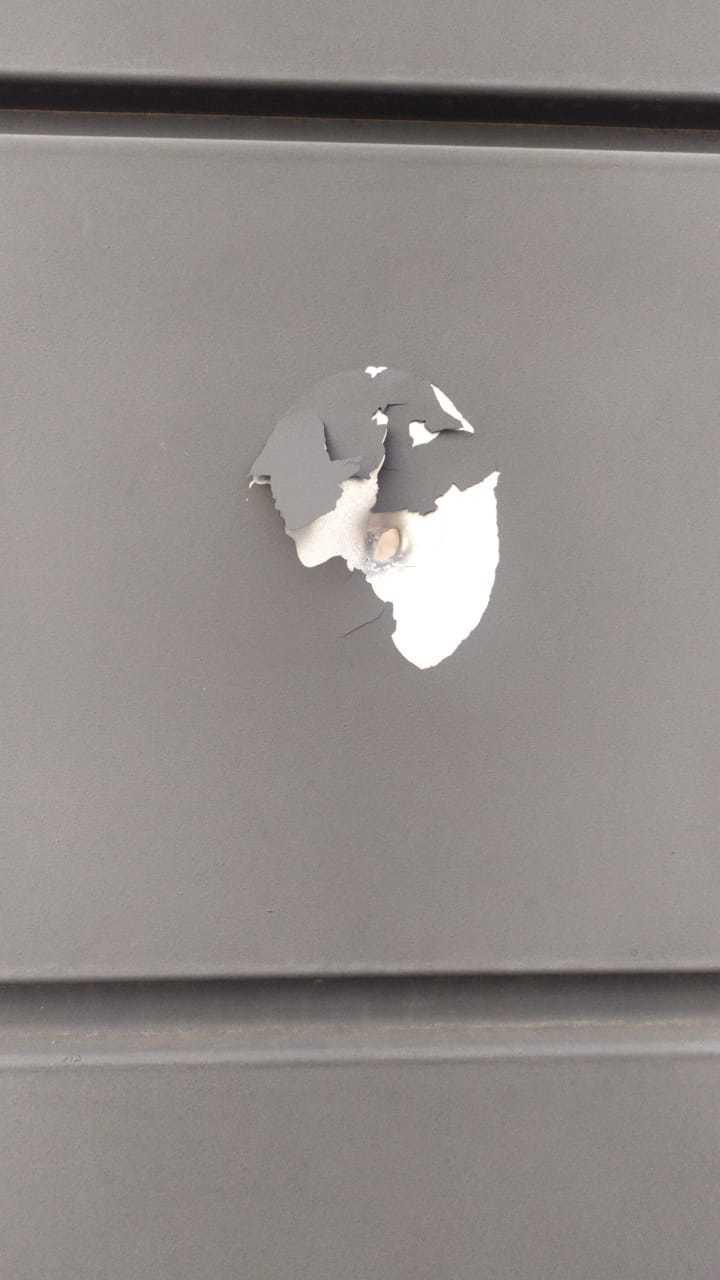 Marca de tiro ficou no portão do condomínio ao lado. (Foto: Direto das Ruas)