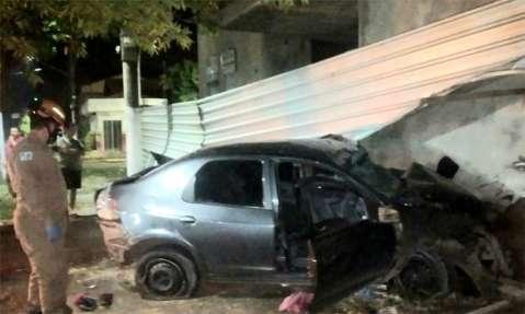 Motorista é socorrido em estado grave após bater carro contra árvore