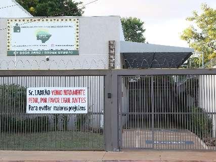 Depois de 8 furtos, associação instala faixa pedindo aviso prévio aos ladrões