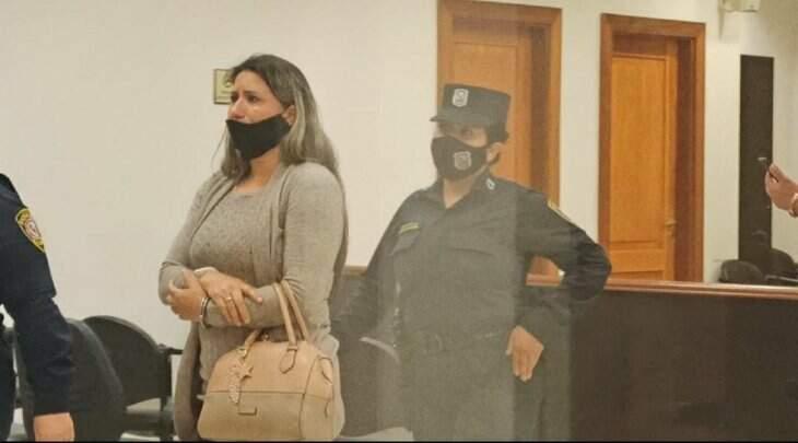Ao centro da imagem, Luciney Diana Maciel, que foi resgatada após ser condenada a 7 anos de prisão, nesta terã-feira (27). (Foto: Marciano Candia)