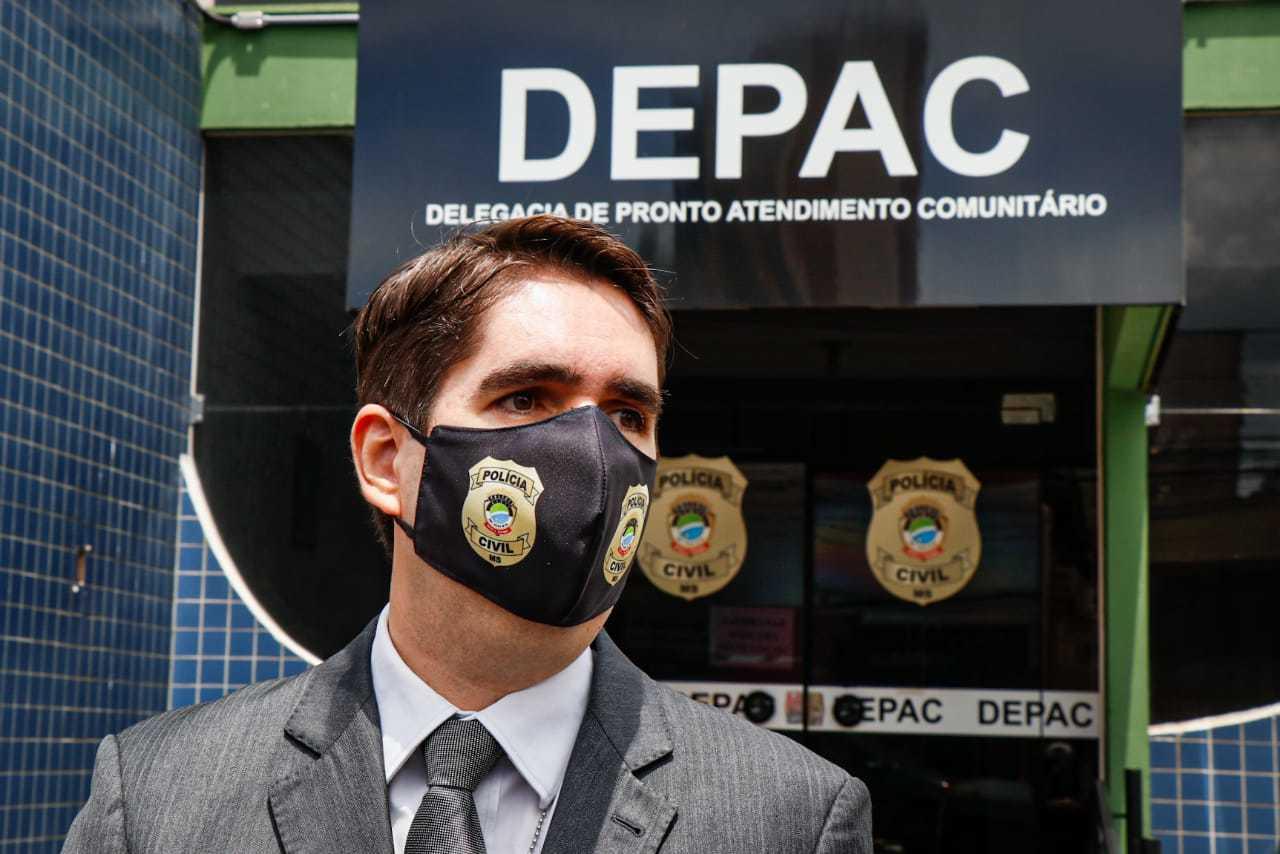 Davanço, delegado titular da Depac, falou sobre posse responsável de armamento de fogo nesta manhã. (Foto: Henrique Kawaminami)