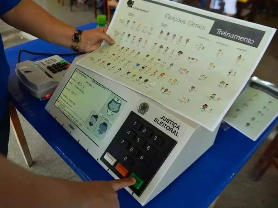 Teste da urna eletrônica com candidatos na eleição (Foto: Agência Brasil)