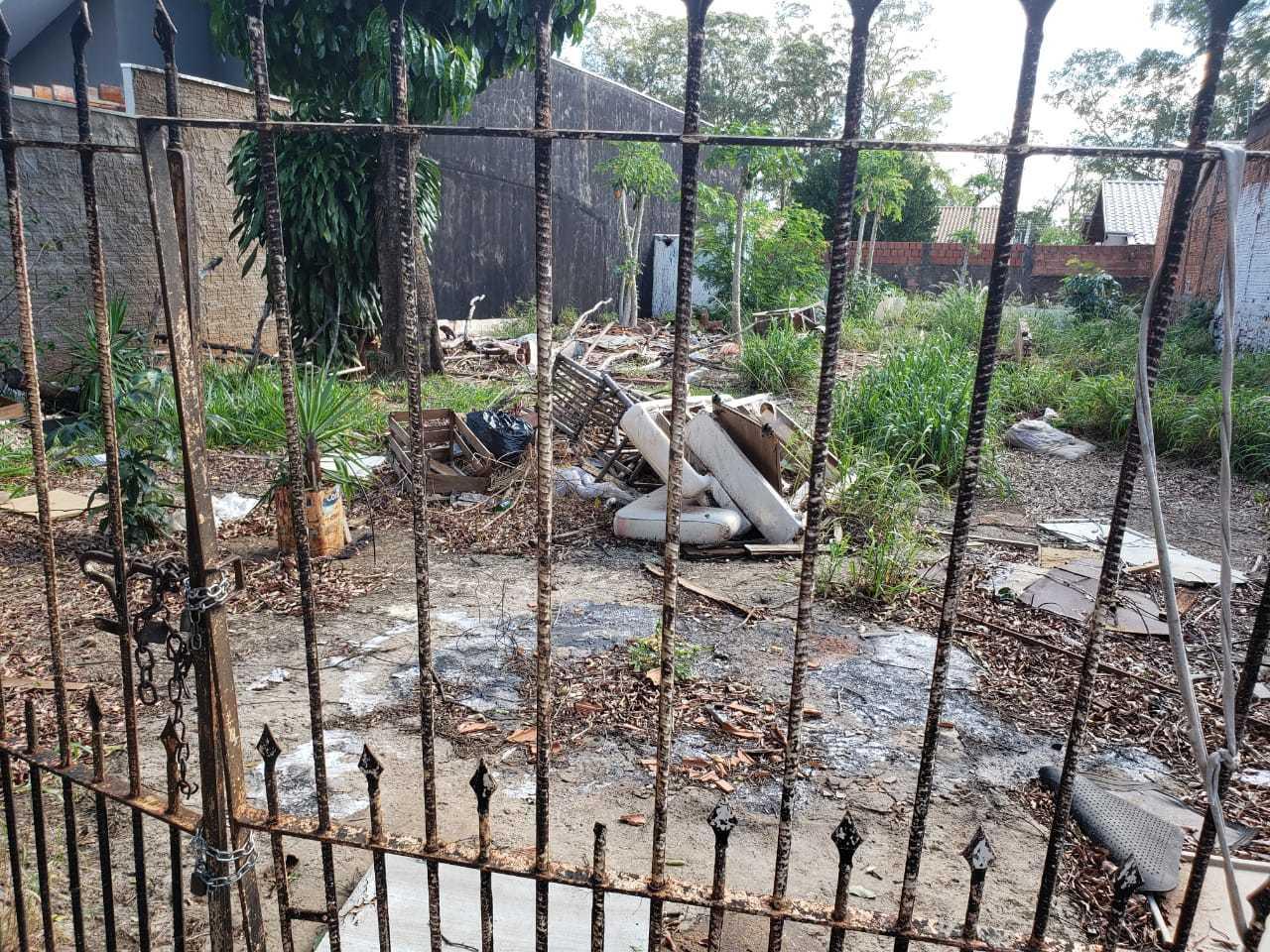 O terreno é particular e os vizinhos não consegue contato com o propietário. (Foto:Direto das Ruas)