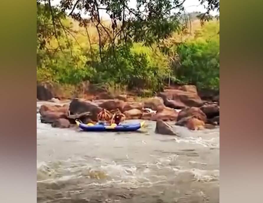 Grupo de canoísta usou bote inflável para tirar homem de rio (Foto: Vídeo/Reprodução)