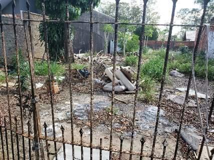 Moradora do Jardim Paulista se preocupa com sujeira e abandono em terreno
