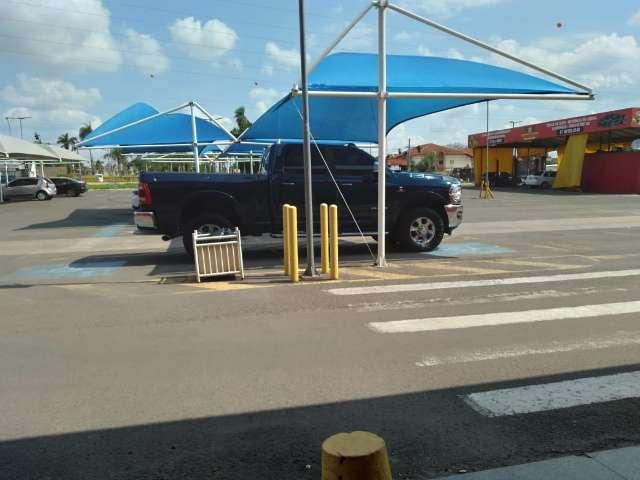 Falta de respeito em dose dupla: motorista ocupa 2 vagas reservadas
