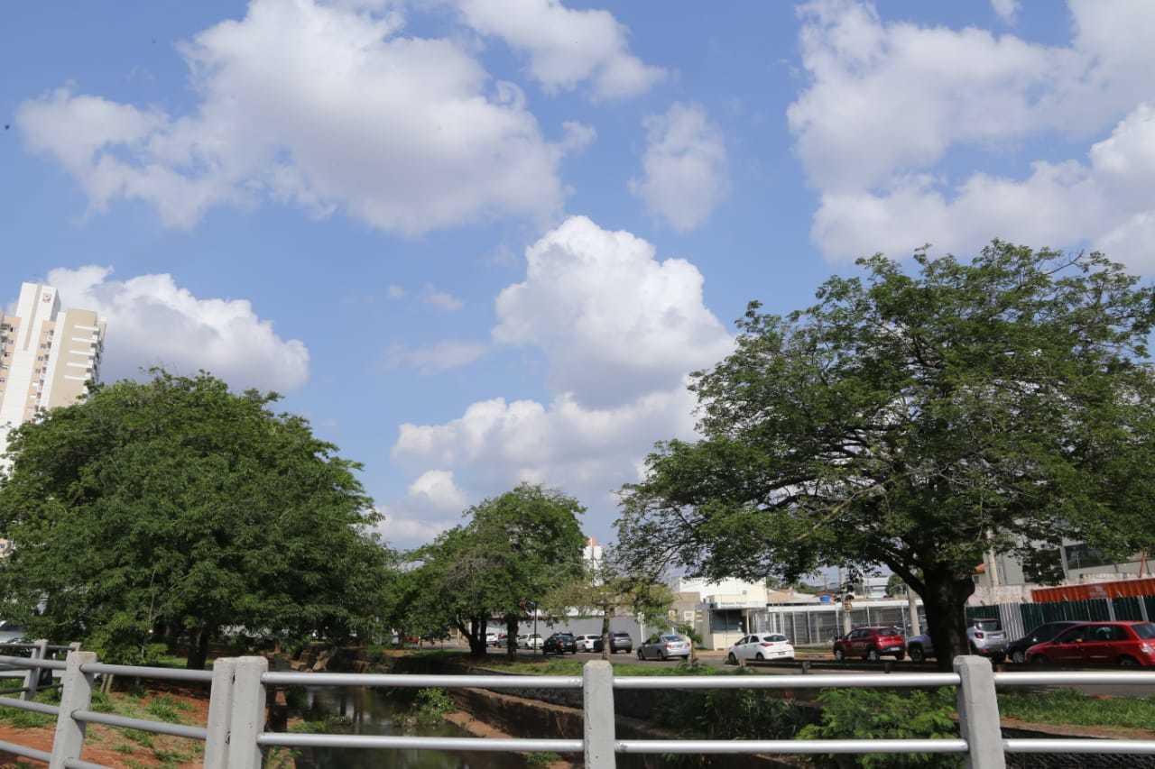Céu entre nuvens na região da Avenida Ricardo Brandão, em Campo Grande, durante a tarde desta quarta-feira (28). (Foto: Kísie Ainoã)