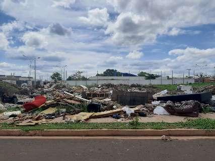 Terreno vira ponto de descarte de todo tipo lixo no Nova Lima