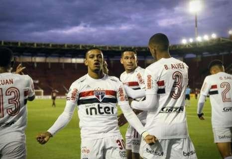 São Paulo tem gol não anulado, dá bobeira atrás e leva a virada do Lanús