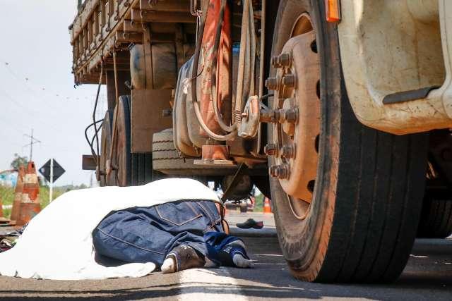 Homem que morreu após se jogar em frente de caminhão tinha 39 anos