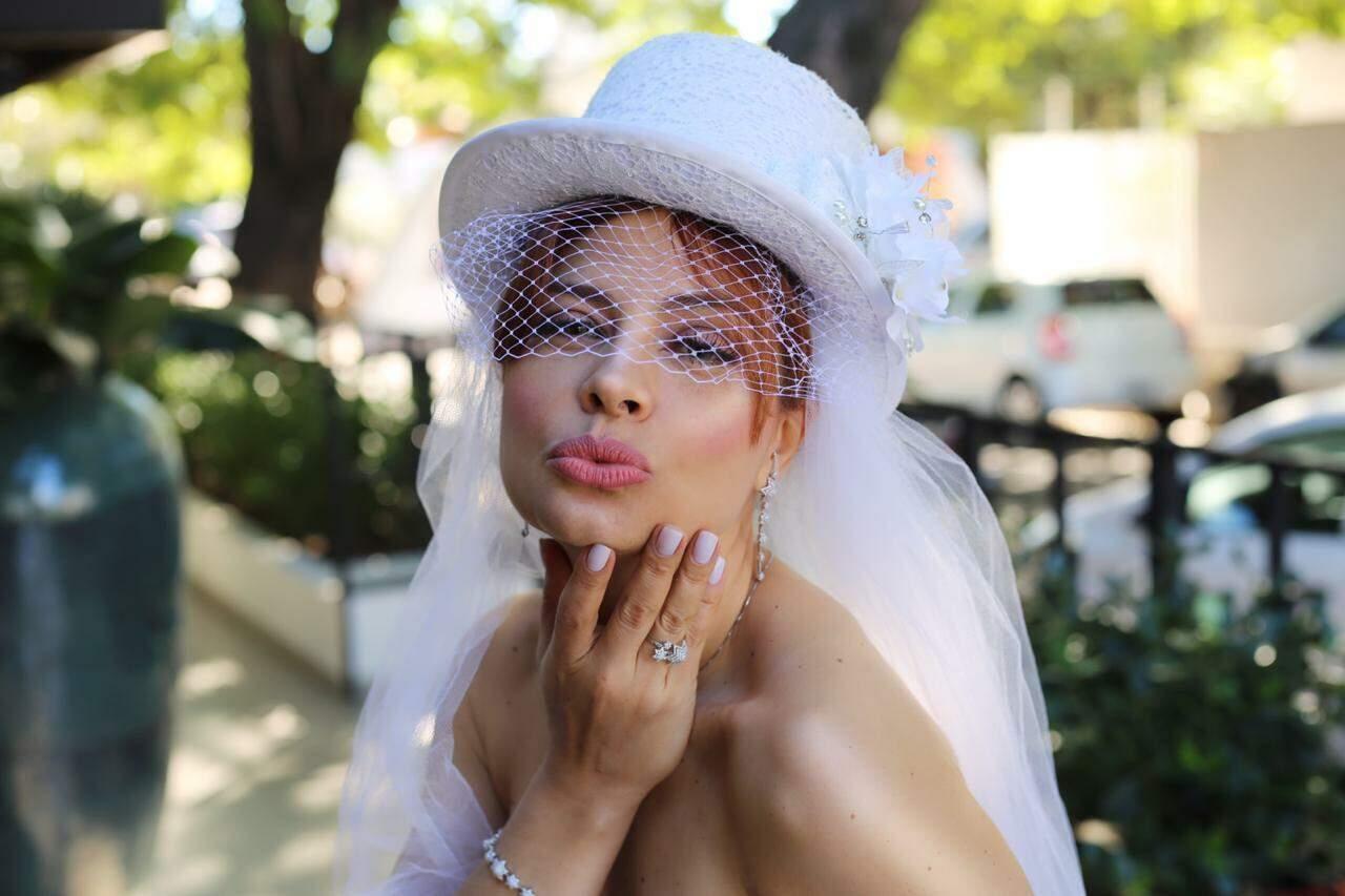 Dina aposta em modelos diferentes de chapéus para mulherada em Campo Grande (Foto: Arquivo Pessoal)