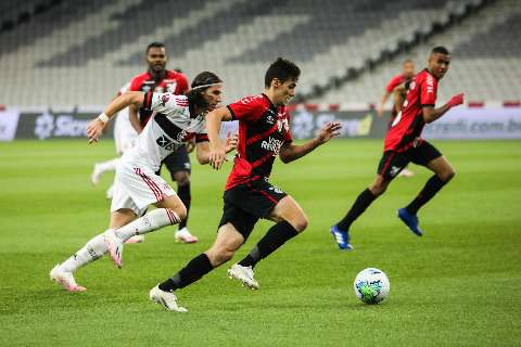 Goleiro Hugo Souza brilha e Flamengo derrota Athletico-PR na Copa do Brasil