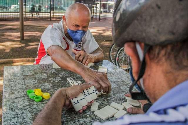 Após sete meses, Roberto e Israel voltam a disputar dominó na Ary Coelho
