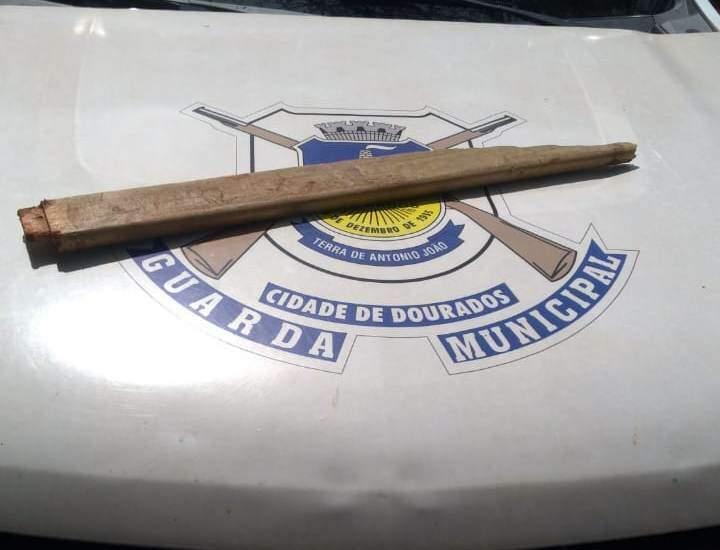 Pedaço de madeira usado por morador para agredir servidor (Foto: Divulgação)