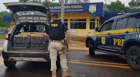 Dois são presos transportando 350 kg de maconha com carro roubado