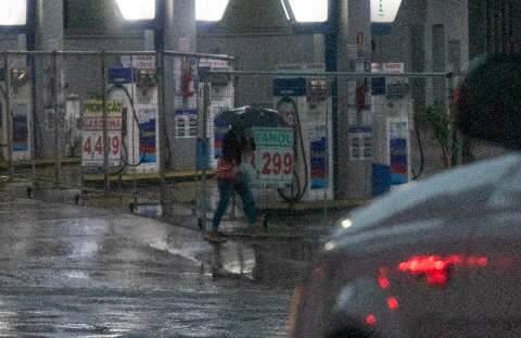 Dia amanhece com chuva e meteorologia reforça aviso de temporal com alagamentos