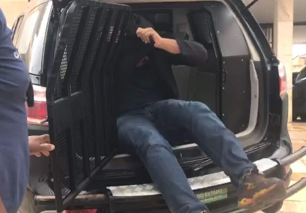 Um dos presos da Operação Deep Caught chega à delegacia. (Foto: Reprodução de vídeo)