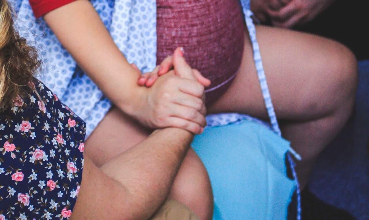 Para médicos das maternidades, falta informação às mulheres sobre boas práticas na assistência ao parto. (Foto: Thê Fotografia)