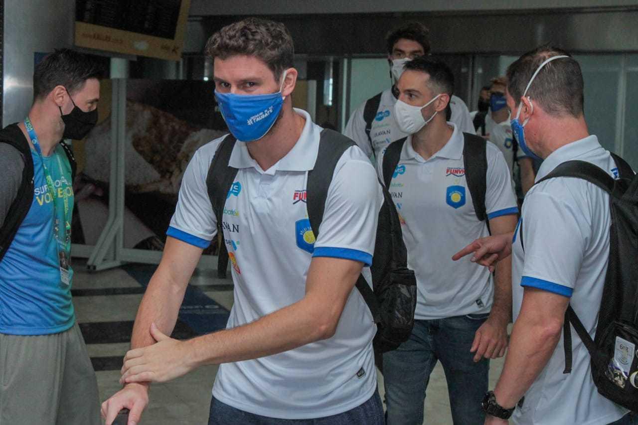 Levantador Bruninho e demais jogadores do Taubaté desembarcam na Capital (Foto: Marcos Maluf)