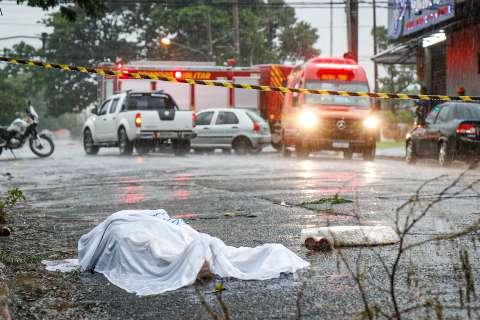 Na enxurrada, homem é achado morto por bombeiros chamados para acidente