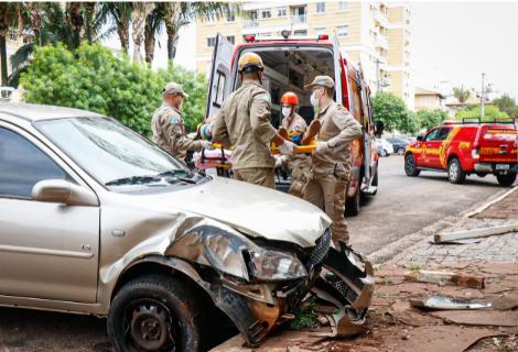 Motorista passa mal, perde controle e atinge placa de sinalização na 14 de Julho