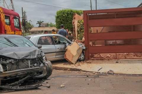 Carro derruba muro após colisão em cruzamento no Monte Castelo