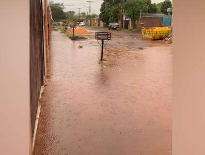 """Rua do Bairro Perpétuo Socorro vira """"piscina"""" em dias de chuva"""