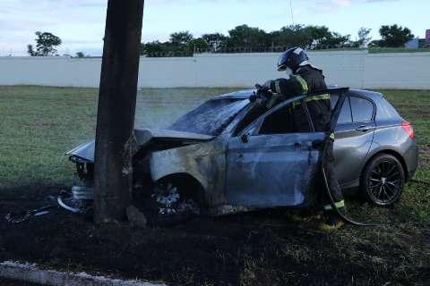 Condutor desatento bate BMW em poste e veículo pega fogo