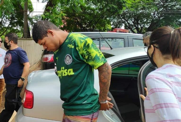 """Dono da """"boca"""", Dionatan desce de viatura em frente à delegacia (Foto: Adilson Domingos)"""