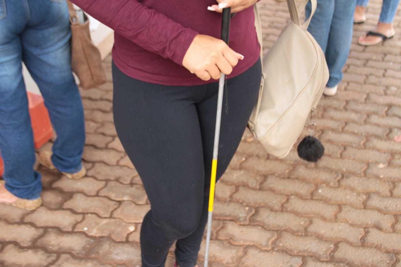 Bengala pode ser usada tanto por cegos como pessoas com baixa visão. (Foto: Marcos Maluf)
