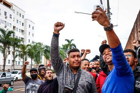 """Motoentregadores fazem """"buzinaço"""" em prédio de cliente acusado de racismo"""