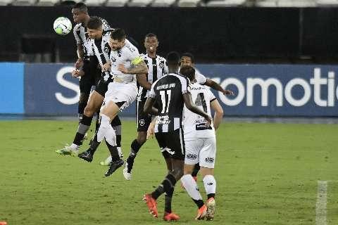 Em profunda crise, Botafogo perde pênalti e empata com o Ceará, no Engenhão