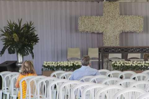 Em missa para vítimas da covid-19, faltam palavras e sobra saudade