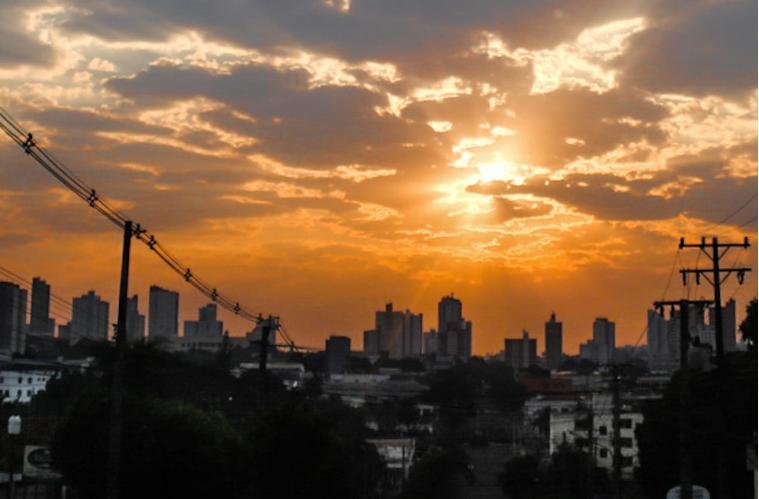 Amanhecer com sol nascendo na região da Avenida Antônio Maria Coelho, em Campo Grande (Foto: Henrique Kawaminami)