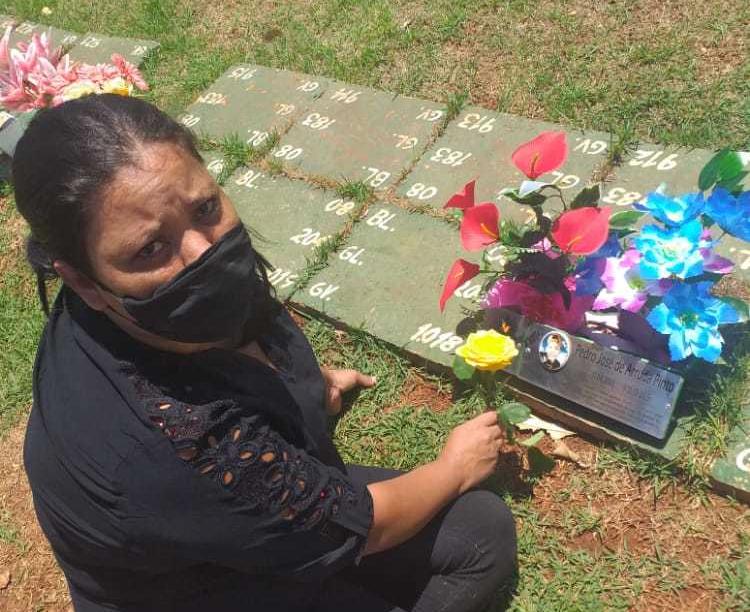 Hoje a mãe foi ao cemitério, um ano após encontrar o filho morto.